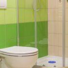 Wszystkie pokoje dla matek z dziećmi, które znajdują się na I piętrze, posiadają estetycznie wykończone łazienki.