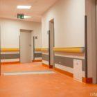 IV piętro zostało wykończone w kolorze pomarańczowym. Znajdą się tu sale do hospitalizacji kobiet.