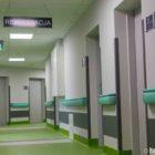 Parter wykończono z dominującym akcentem koloru zielonego. Znajdują się tu poradnie pediatryczne oraz kobiece.