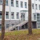 Główne wejścia do poradni na parterze znajdują się tuż przy rondzie - skrzyżowanie ulic Słodkowskiej i 11 Listopada.