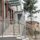 Główne wejście do poradni, znajdujących się na parterze.