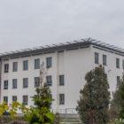 Po drugiej stronie ulicy znajduje się nowo wybudowany budynek Wojewódzkiego Szpitala Zespolonego. Na jego dachu znajduje się lotnisko. W przyszłości będą mogły tu lądować helikoptery, przewożące kobiety z odleglejszych miejscowości, np. w przypadku trudnego porodu.