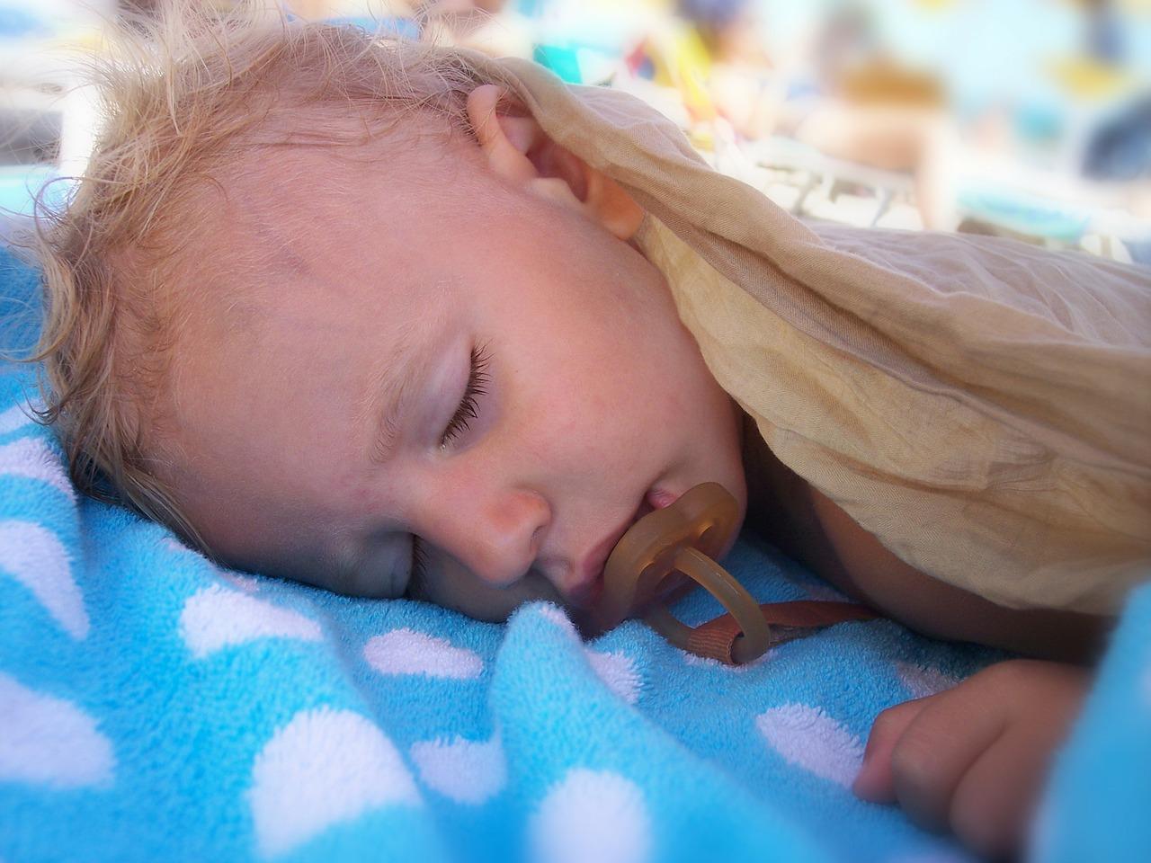 Ребенок 8 лет сильно потеет во сне причины комаровский