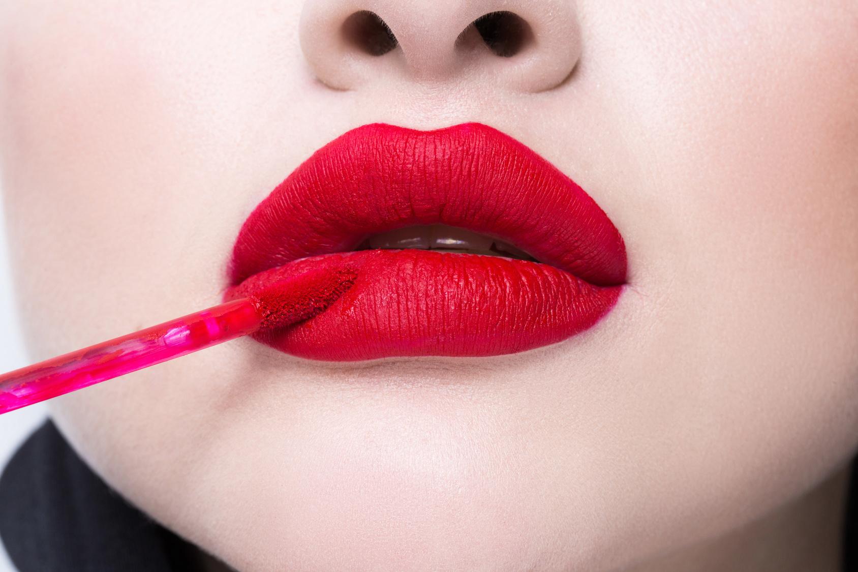 Matowe usta, błyszczące oko – makijażowe inspiracje